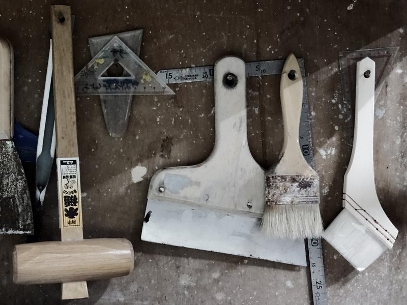 Spachtel und Pinsel von Narieda zum Auftragen der Glasur