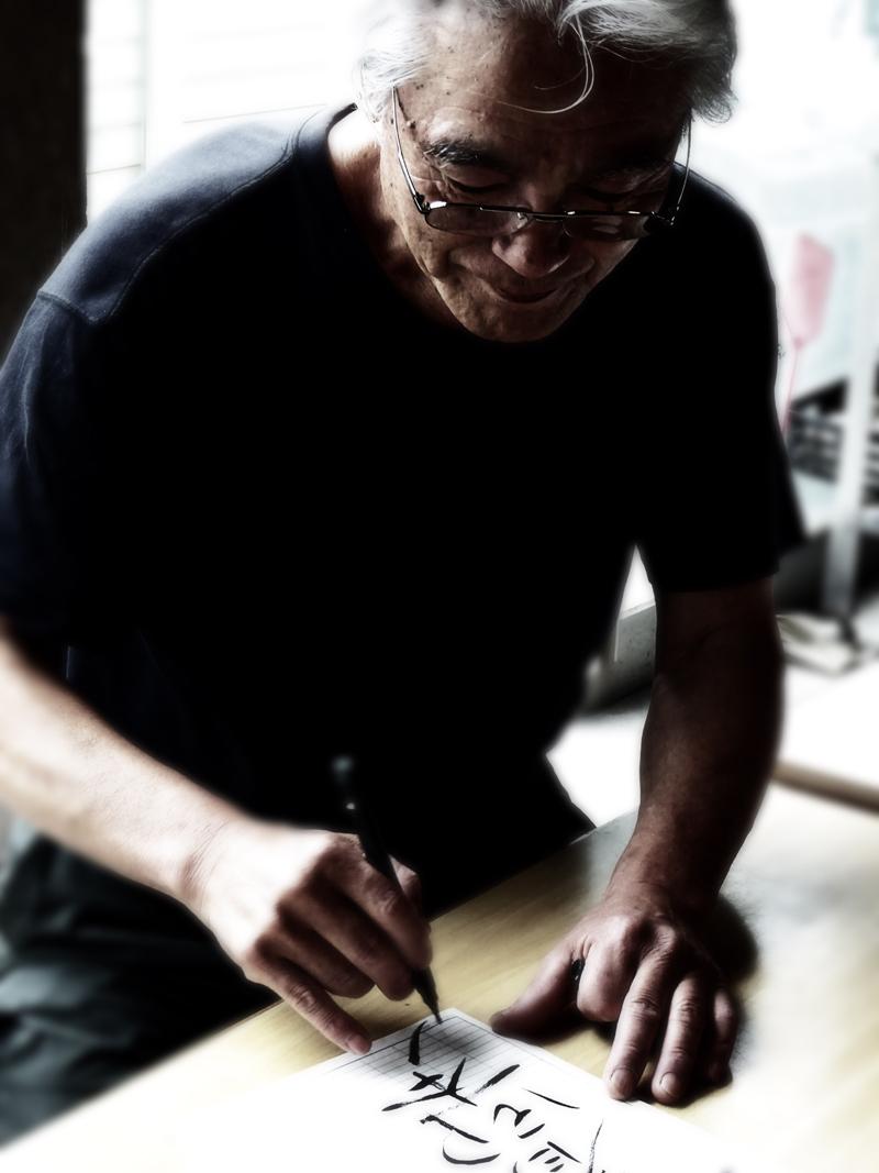 Narieda Shinichiro erklärt sein Philosophie bevor er seine Matchaschalen zeigt
