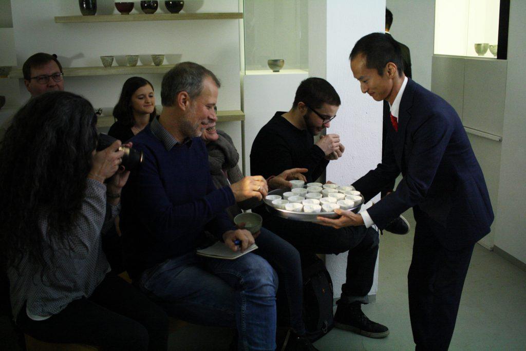 Shutaro verteilt Kirishima Tee an unsere Gäste