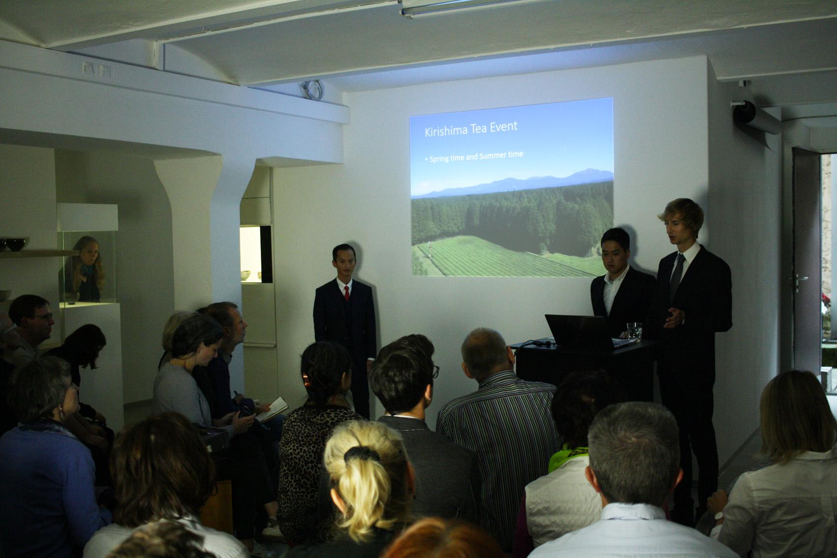 Shutaro und Kenji Hayashi während der Präsentation ihres Kirishima Teegartens