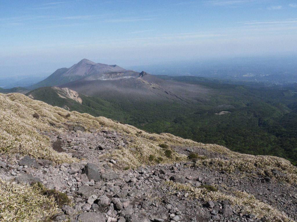 KIRISHIMA - Blick vom Karakuni Vulkan-Krater zum Takachihonomine