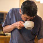 Kazuya Matsumoto bei der Zubereitung seiner Tees - der Geruch und der Verhalten der Blätter ist entscheidend