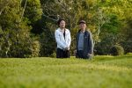 Iwao und Kimihiko Hayashi in ihrem Teegarten in Mie