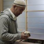 KATO Juunidai begutachtet eine Matchaschale