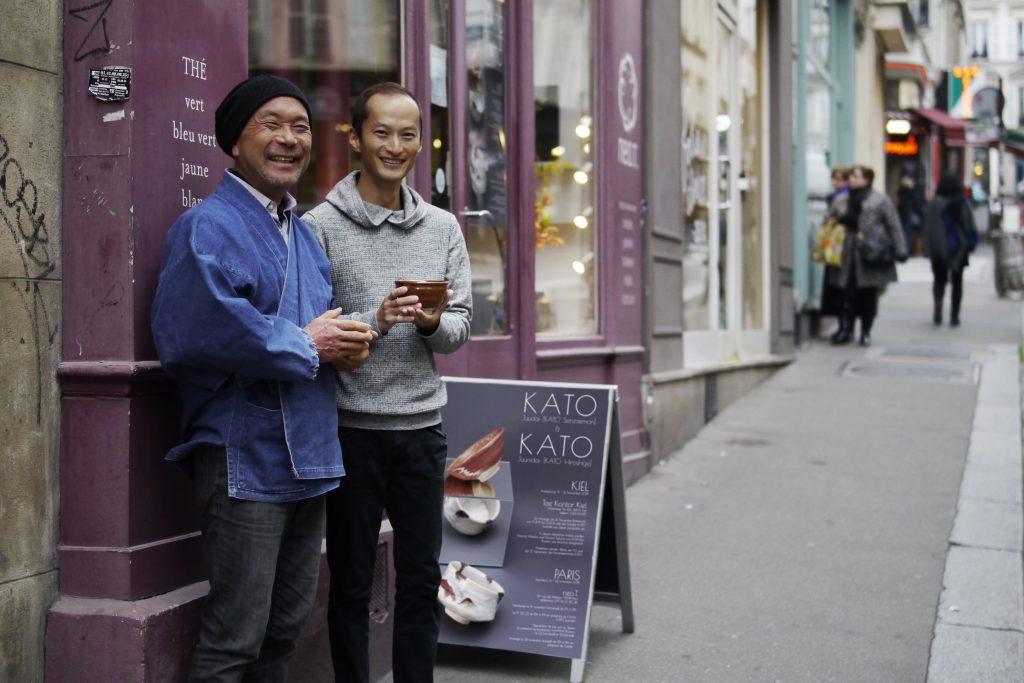 KATO Juunidai und Shutaro Hayashi während der Ausstellung in Paris