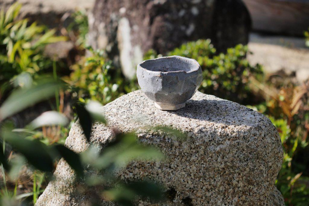 Rittai-shugi no chawan mit Nezumi Shino Glasur