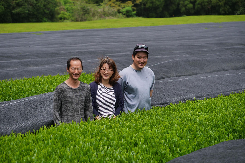 Shutaro Hayashi mit seiner Schwester Momoko und seinem Bruder Kenji in ihrem Kabuse Asanoka Teegarten in Kirishima