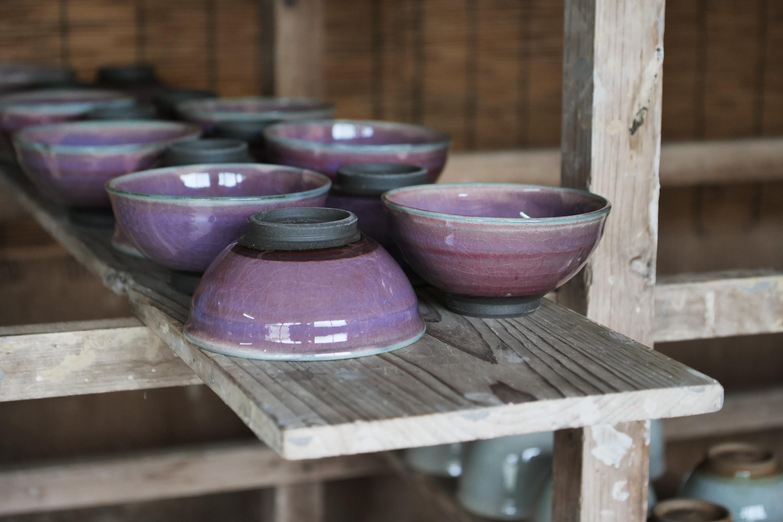 Chawan von Narieda Shinichiro: violett-rote Glasur auf schwarzem Ton