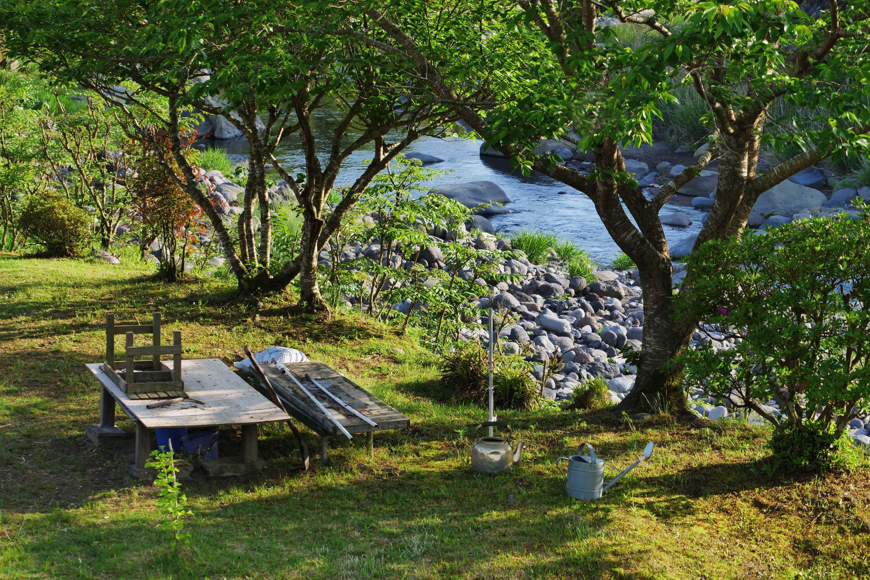 NARIEDA Shinichiro's Garten am Rande eines kleinen Flusses in Kirishima