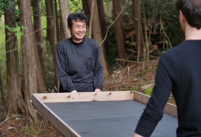 Fumiaki zeigt uns das Waldstück, in dem die Teeblätter für den Suikyo Woodwind welken gelassen werden