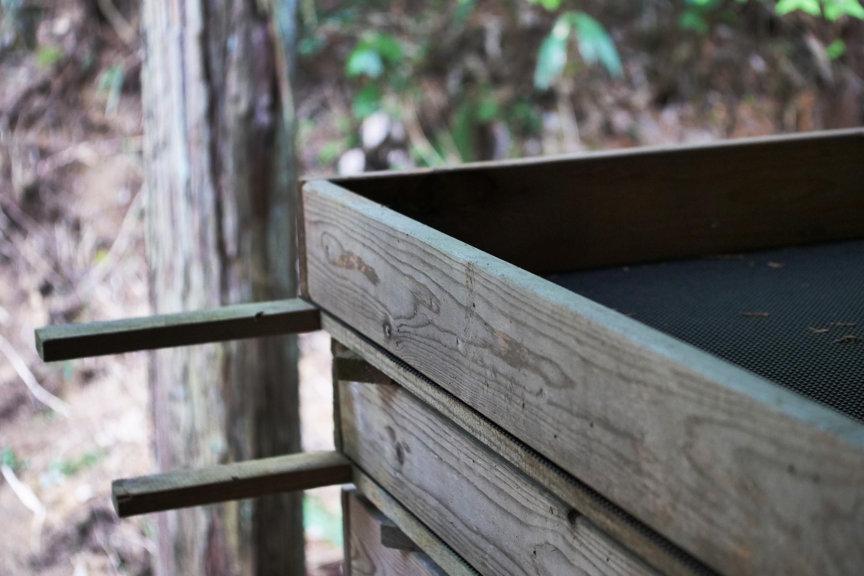 Aufgestapelte Holzrahmen für das Welken der Yabukita Teeblätter für den Suikyo Woodwind