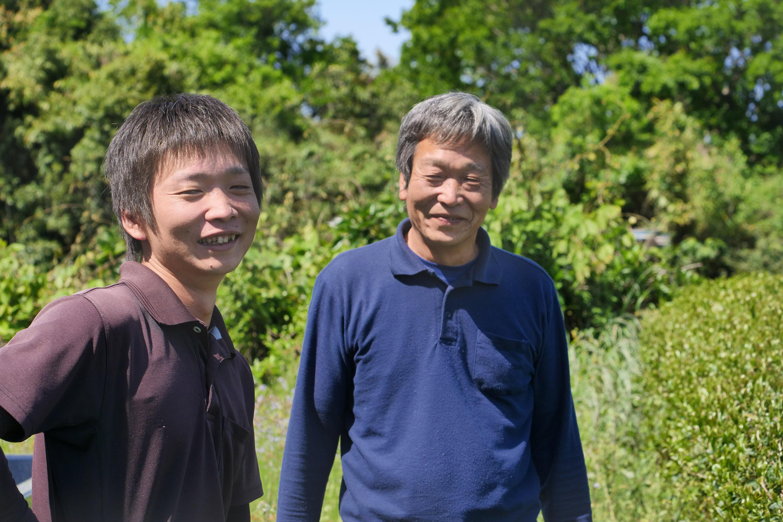 Yusuke (links) und Vater Junji Kadota (rechts) erzählen von den diesjährigen Erntevorbereitungen