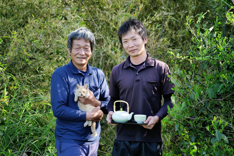 Junji (links) und sein Sohn Yusuke Kadota (rechts) am Rande ihres Teegartens