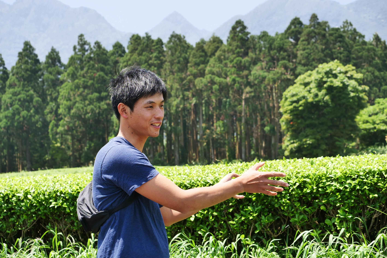 Keita Watanabe erklärt, worauf er und sein Vater beim Teeanbau besonders achten