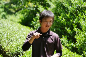Yusuke Kadota im wohl schmalsten Teegarten Japans